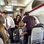 ブラッド・ピットとアンジェリーナ夫妻がエコノミークラスに乗ってきた!海外の反応「この2人だったら自家用機ぐらい余裕で持てるものな」