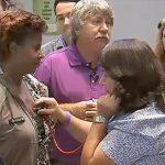 事故で亡くなった息子の母親が、息子の心臓を移植した女性の心音を聴く