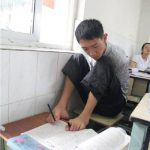 事故で腕を無くした青年、足で字を書いて大学入試を突破!!!海外の反応「手があるだけで幸せだったんだな」