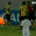 サッカーの試合で観客がピッチにグレネードを投げ込む