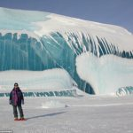 まるで津波が凍ったような状態の氷塊が南極で見つかる