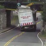 鉄道高架橋を背の高いトラックがくぐろうとした瞬間、まさかの展開に世界が驚愕!!!