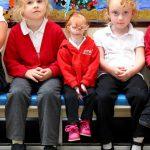 身長68cmの原発性侏儒症候群の少女が小学校に初登校する