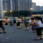 """中国のおばちゃん達・いつものダンス場に違法駐車を発見、すると衝撃の行動に!""""あたしらはただ踊りたいだけ"""""""