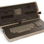 世界初のノートパソコンは膝の上に置いて使うには無理なサイズだった!