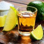安全と衛生の専門家は、バーはテキーラのオーダーに対してレモンと塩を添えるべき言います。その心は?