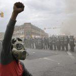 米ボルティモアで緊急事態宣言 ― 暴徒が街を焼き、略奪を行う。警官が15人負傷したことに対する海外の反応