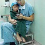 手術前の女の子を落ち着かせる優しい医者の話