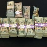 ボストンのタクシー運転手は、忘れ物の中から $18万7000を発見しました。