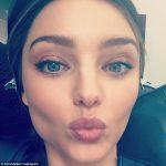 スーパーモデルのキス顔