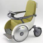車椅子に乗ったままスキューバダイビングをする女性