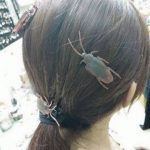 悪趣味すぎる髪飾り。ゴキブリを飾る女の子(中国)