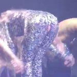 ラスベガスのショーでキラキラ光るキャットスーツを身にまとっていたジェニファー・ロペスのスーツが破ける?!