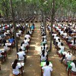 中国で森の中で生徒にテストを受けさせる様子が話題に!!!海外の反応「鳥の糞がテスト用紙の上に落ちてきそうだわ」
