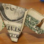 交通違反の罰金を紙幣で折った豚の折り紙で払おうとした男