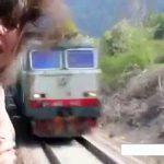 走っている列車の窓から顔を出すとこういうことになる