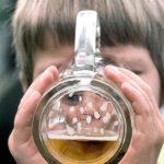 子供の飲酒、英国の親の半分は自宅なら、と了承しています。